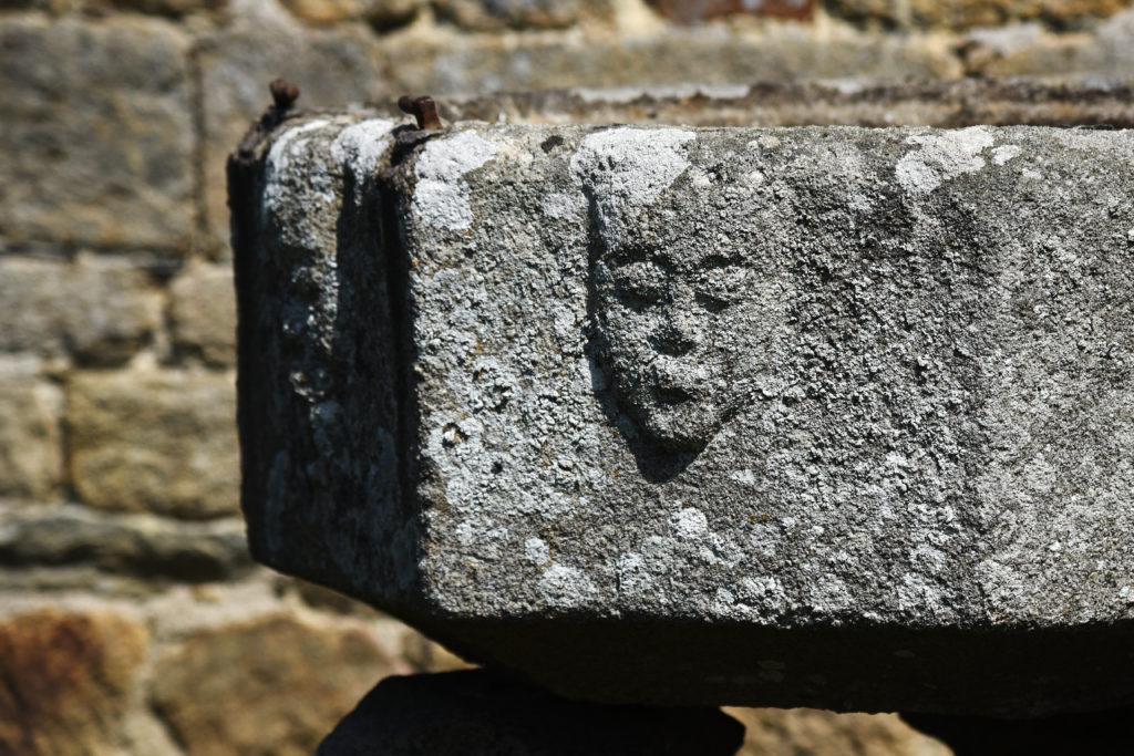 Une image contenant roche, pierre, bâtiment, extérieur  Description générée automatiquement